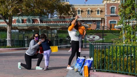 Stephanie Powers, left and her daughter Alani Powers, 4, and Brittany Losey and her daughter Madison Losey, 7, take pictures outside the entrance to Disneyland at the Disneyland Resort is closed in Anaheim, CA, on Thursday, October 22, 2020. (Photo by Jeff Gritchen, Orange County Register/SCNG)